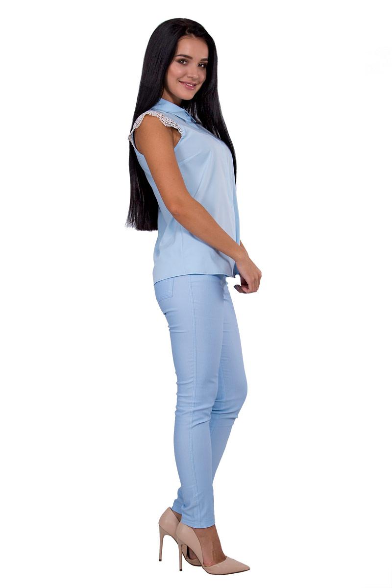 БлузкаП18-186Невероятно женственная и легкая рубашка приталенного силуэта, изюминкой которой стали короткие кружевные рукава. Небесный пастельный оттенок подчеркнет нежность образа