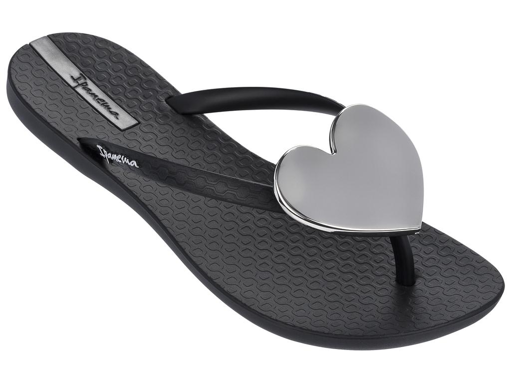 Сланцы82120-21138Очень легкие сланцы от Ipanema придутся вам по душе. Модель выполнена из поливинилхлорида и оформлена на ремешке логотипом бренда. Ремешки с перемычкой надежно зафиксируют модель на ноге. На мысе изделие дополнено декоративным сердцем. Удобные сланцы прекрасно подойдут для похода в бассейн или на пляж.