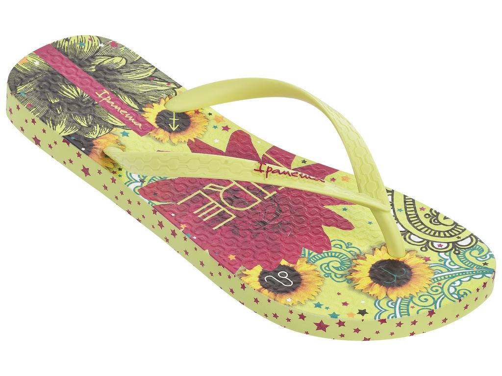 Сланцы82043-21488Стильные и очень легкие сланцы от Ipanema - придутся вам по душе. Верх модели выполнен из поливинилхлорида. Ремешки с перемычкой гарантируют надежную фиксацию изделия на ноге. Стелька и верх модели украшены названием бренда и стильным рисунком. Рифление на верхней поверхности подошвы предотвращает выскальзывание ноги. Рельефное основание подошвы обеспечивает уверенное сцепление с любой поверхностью. Удобные сланцы прекрасно подойдут для похода в бассейн или на пляж.