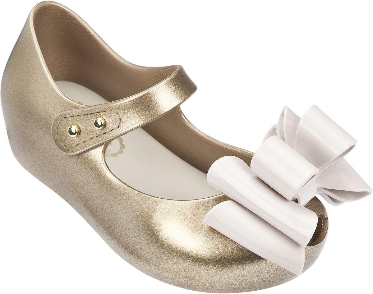 Туфли31892-1276Чудесные нарядные туфельки. украшенные раскошным бантом. Стелька супермягкая, принимающая форму стопы Вашего ребенка. Застежка - липучка. Обувь Mini Melissa сделана из Melflex – инновационного полимера, который приспосабливается к форме стопы и дает ноге дышать, а также вкусно пахнет бабл гам и карамелью. Важно, что Melflex гипоаллергенен и почти полностью перерабатывается, не выделяя вредных веществ в атмосферу - эко-френдли (eco-friendly).