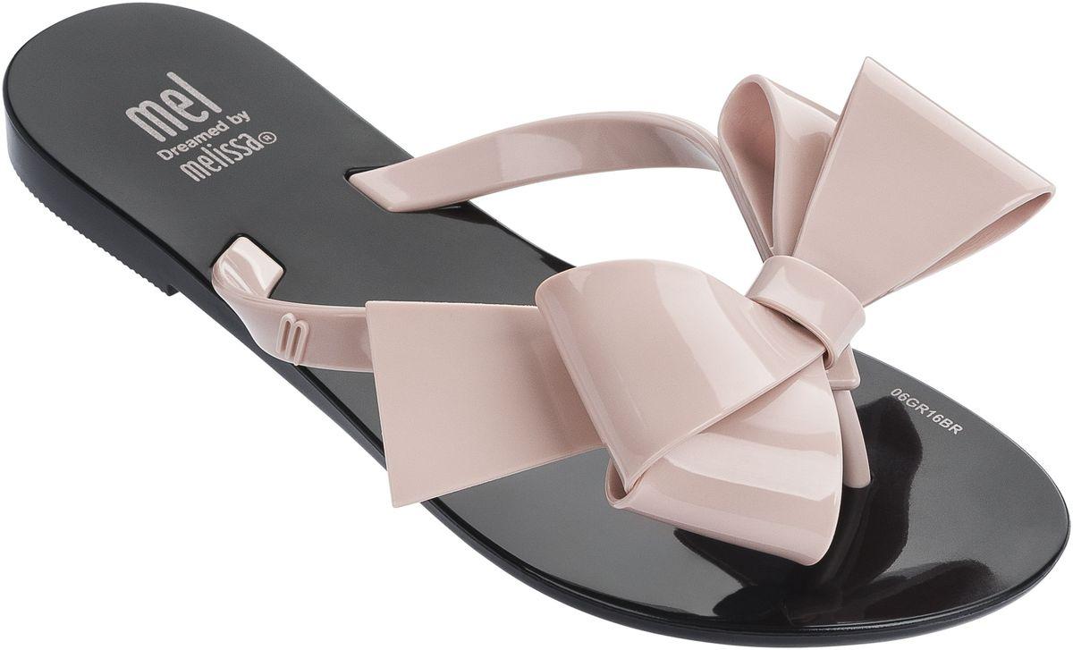 Шлепанцы31871-1334Модные шлепанцы MEL HARMONIC для подростков, украшенные великолепным бантом, который несомненно станет украшением детских ножек. Купив эту модель и в женской коллекции, можно создать прекрасный Family Look.Обувь Melissa сделана из Melflex – инновационного полимера, который приспосабливается к форме стопы и дает ноге дышать, а также вкусно пахнет бабл гам и карамелью. Важно, что Melflex гипоаллергенен и почти полностью перерабатывается, не выделяя вредных веществ в атмосферу - эко-френдли (eco-friendly).
