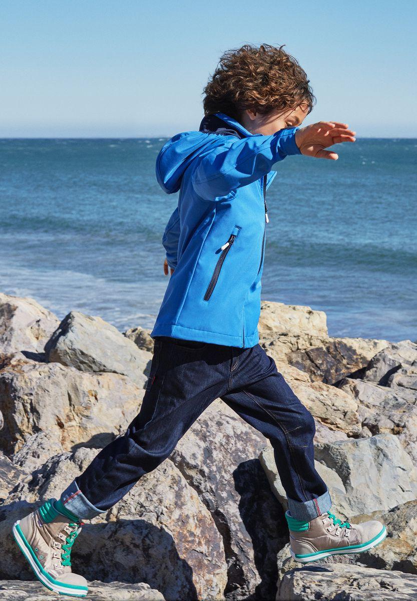 Джинсы5222296980Джинсы сшиты из эластичного и дышащего денима с охлаждающим эффектом. Они обеспечат вашему ребенку свежесть на весь день! Джинсы снабжены передним и задним карманом и потайным карманом для сенсора ReimaGO. Эти джинсы свободного покроя украшены стильным узором в виде буквы R на левом кармане.
