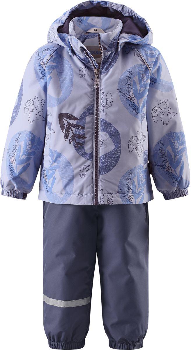 Комплект верхней одежды7137030211Практичный демисезонный комплект для малышей состоит из куртки и полукомбинезона. Водоотталкивающему и ветронепроницаемому материалу не страшен небольшой дождик. Этот материал очень функциональный, но в то же время комфортный и дышащий. Гладкая подкладка из полиэстера на легком утеплителе согреет вашего маленького любителя приключений и облегчит вам процесс одевания. Полукомбинезон изготовлен из прочного материала и снабжен эластичными манжетами и съемными штрипками, чтобы не пустить внутрь холод и влагу. Благодаря эластичной талии и регулируемым эластичным подтяжкам он удобно сидит точно по фигуре. Куртка снабжена множеством продуманных элементов, например, безопасным съемным капюшоном, удлиненной спинкой, прорезными карманами и светоотражателями.