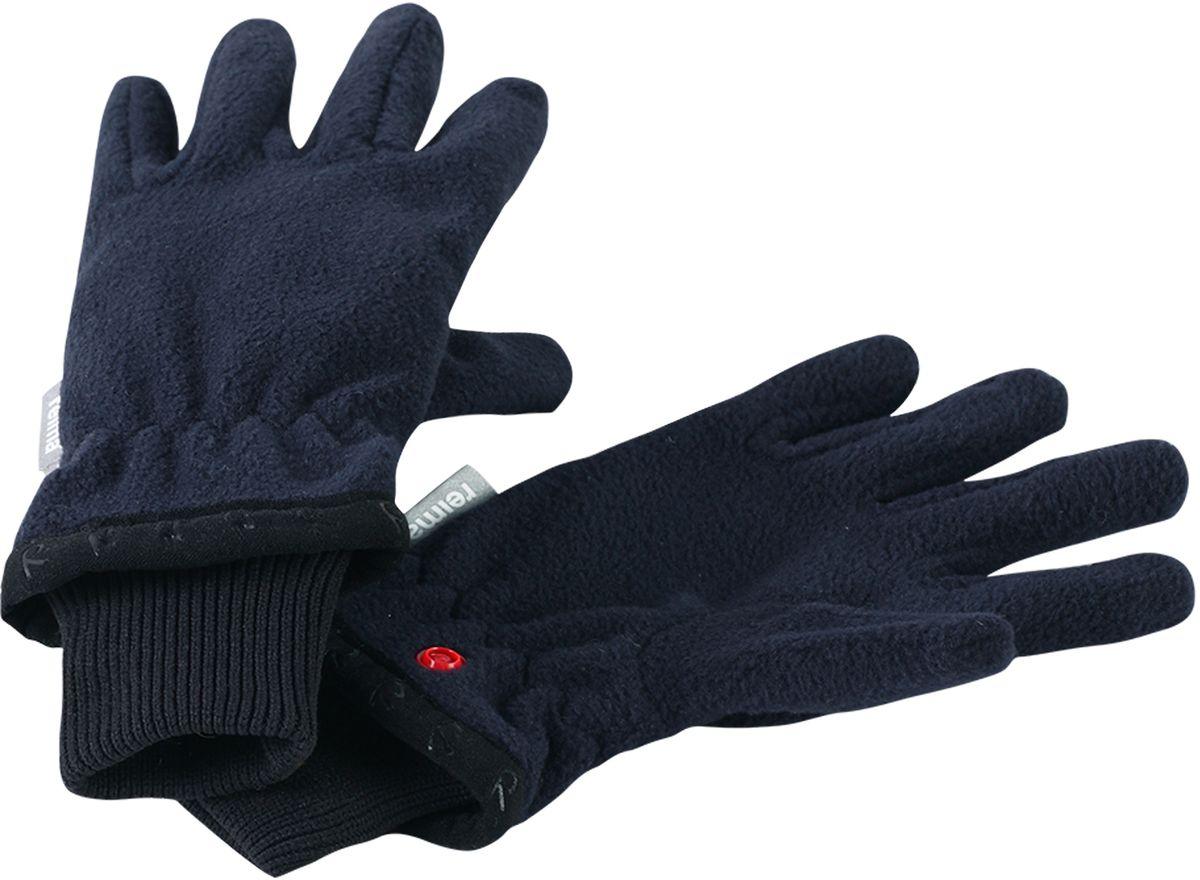 Перчатки детские5272456980Популярные перчатки из коллекции Reima будут любимым аксессуаром ребенка в течение всего года! В погожие весенние и осенние дни эти перчатки сами по себе отлично послужат во время игр на свежем воздухе, а в зимнюю пору идеально подойдут для поддевания под непромокаемые варежки и перчатки в качестве дополнительного утепления. Флисовый материал очень мягкий и приятный на ощупь, а благодаря манжетам на эластичной резинке перчатки плотно сидят на руке и не спадают. Удобные кнопки пригодятся для хранения: перчатки легко пристегнуть друг к другу, чтобы они не потерялись.