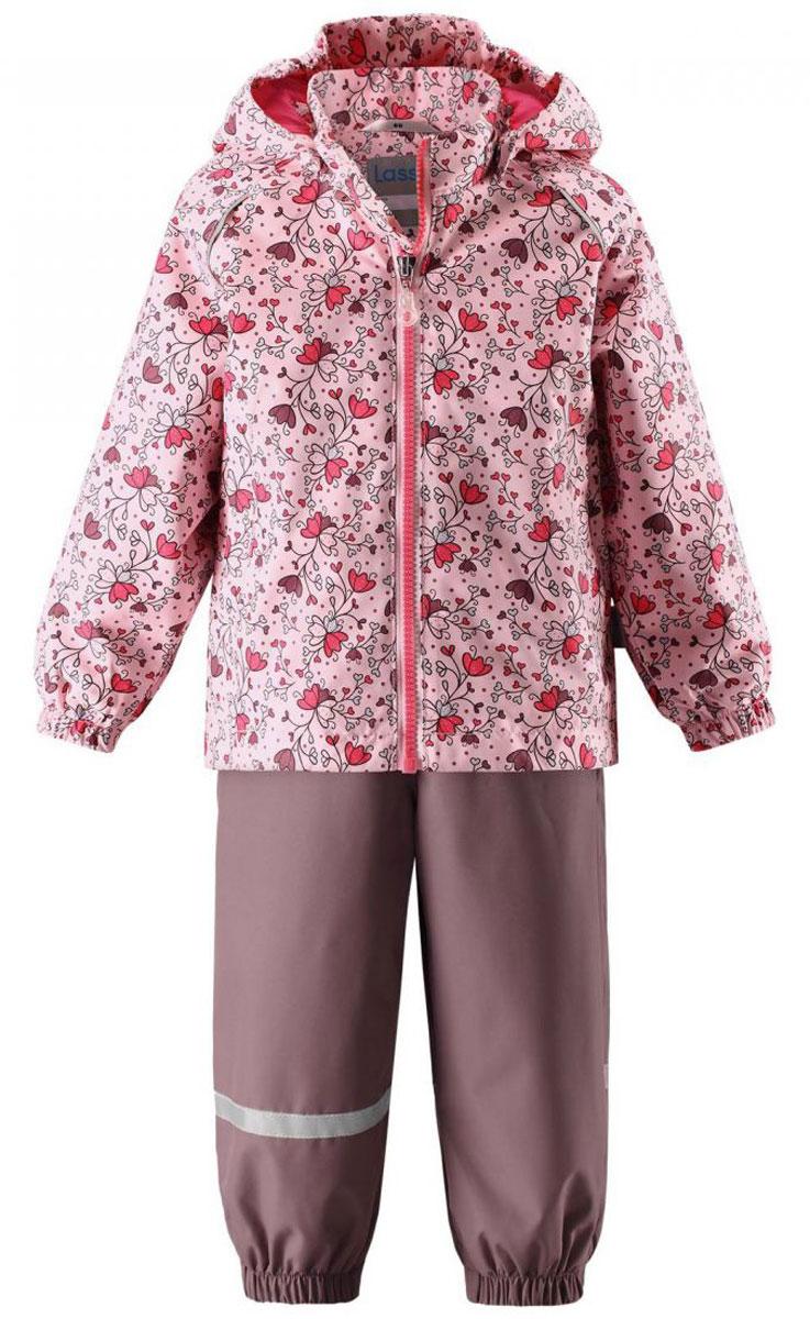 Комплект верхней одежды713702R4071Детский утепленный демисезонный комплект, состоящий из куртки и полукомбинезона, идеально подойдет для активных маленьких путешественников и исследователей мира! Водоотталкивающему и ветронепроницаемому материалу не страшен небольшой дождик. Этот материал очень функциональный, и в то же время комфортный и дышащий. Полукомбинезон изготовлен из прочного материала и снабжен эластичными манжетами и съемными штрипками, чтобы не пустить внутрь холод и влагу. Благодаря регулируемым эластичным подтяжкам он удобно сидит точно по фигуре. Съемный капюшон защищает голову ребенка от пронизывающего ветра, к тому же он абсолютно безопасен - легко отстегнется, если вдруг за что-нибудь зацепится. Куртка снабжена множеством продуманных элементов, например прорезными карманами и светоотражателями.