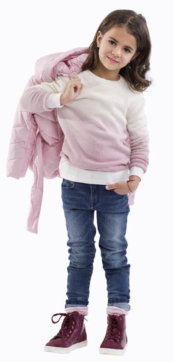 Джинсы21601GMC6302Стильные джинсы для девочки Gulliver выполнены из натурального хлопка с добавлением эластана. Модель на талии застегивается на металлический потайной крючок и имеет ширинку на застежке-молнии, а также шлевки для ремня. С внутренней стороны пояс регулируется скрытой резинкой на пуговицах. Джинсы имеют классический пятикарманный крой: спереди два втачных кармана и один накладной кармашек, а сзади - два накладных кармана. Оформлено изделие перманентными складками, потертостями и декоративными металлическими клепками.
