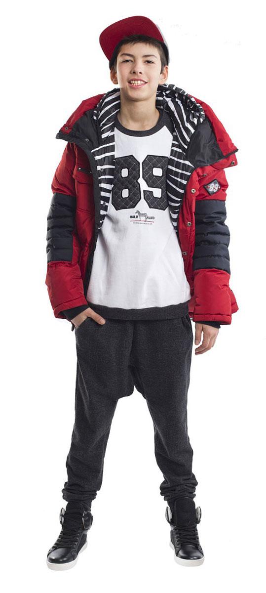 Пуховик21612BTC4601Какими должны быть куртки для мальчиков? Модными или практичными, красивыми или функциональными? Отправляясь на шоппинг, мамы мальчиков должны ответить на эти непростые вопросы. Куртка от Gulliver упрощает задачу, потому что сочетает в себе все лучшие характеристики детских курток для мальчиков. Яркий цвет, модный силуэт, комфортная длина, множество интересных функциональных и декоративных деталей, контрастная комбинация двух фактур и необычная орнаментальная подкладка изделия делают куртку яркой и привлекательной. Отдельного внимания заслуживает классный элемент - двойной капюшон. Это интересное решение делает пуховик дерзким, смелым, экстравагантным. Классный пуховик подарит своему обладателю отличное настроение, прекрасный внешний вид, комфорт и удобство.