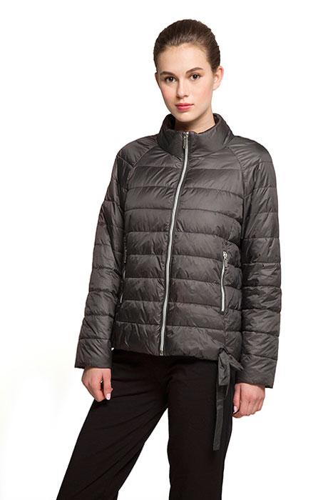КурткаAL-3121Необыкновенно женственная стеганая куртка Grishko утеплена тонким холлофайбером. Силуэт-балон, позволяющий регулировать длину и ширину изделия, имеется красивая завязка в форме банта. Практичные карманы на молнии и воротник-стойка делают модель абсолютно универсальной вещью в гардеробе любой модницы. Куртка прекрасно смотрится и с платьем и с джинсами, что делает ее незаменимой для городских будней и беззаботных выходных в новом весенне-летнем сезоне. Холлофайбер - это утеплитель, который отличается повышенной теплоизоляцией, антибактериальными свойствами, долговечностью в использовании, он необычайно легок в носке и уходе. Изделия легко стираются в машинке, не теряя первоначального внешнего вида.