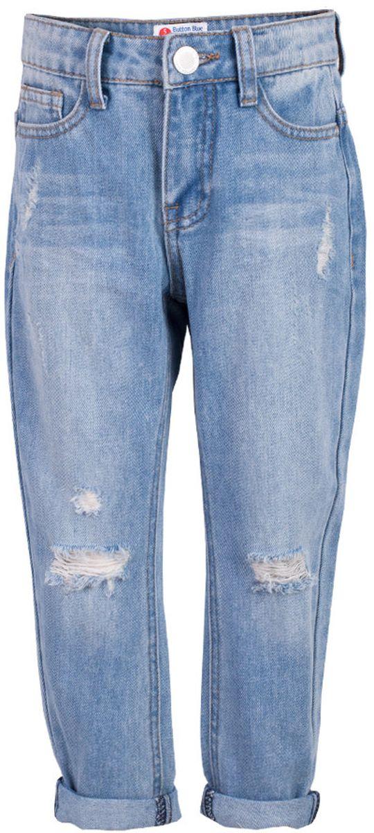 Джинсы117BBGC6303D200Классные голубые джинсы с потертостями и повреждениями — гарантия модного современного образа! Хороший крой, удобная посадка на фигуре подарят девочке комфорт и свободу движений. Если вы хотите купить ребенку недорогие джинсы силуэта бойфренд, модель от Button Blue - прекрасный выбор!