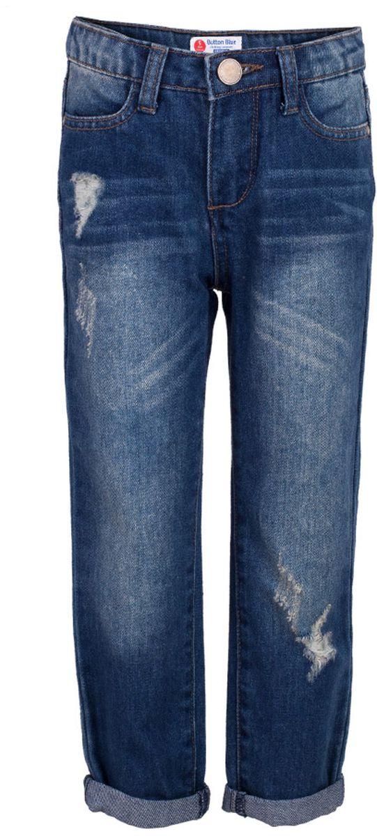Джинсы117BBGC6304D100Классные синие джинсы с потертостями и повреждениями — гарантия модного современного образа! Хороший крой, удобная посадка на фигуре подарят девочке комфорт и свободу движений. Если вы хотите купить ребенку недорогие джинсы классического силуэта, модель от Button Blue - прекрасный выбор!