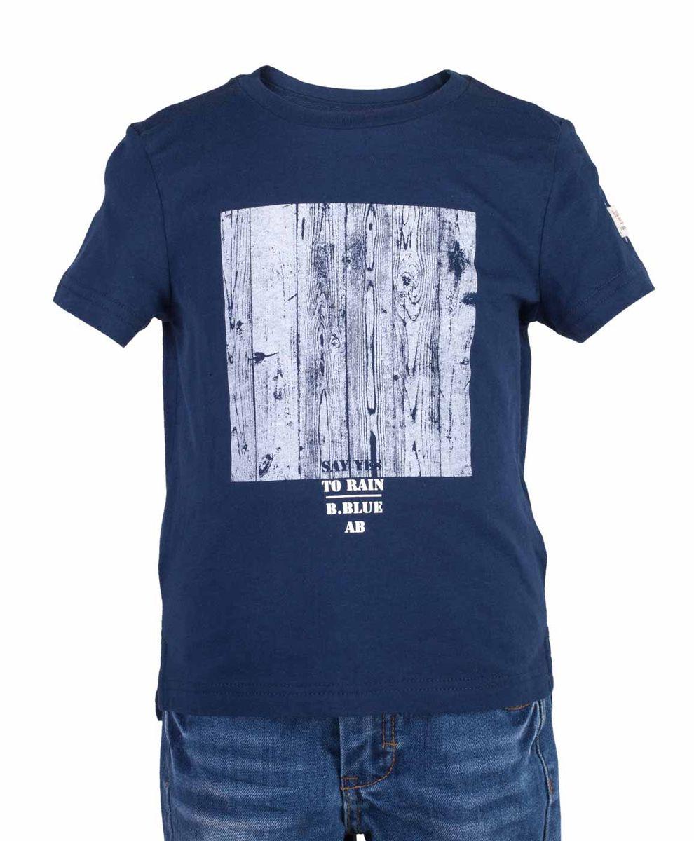 Футболка117BBBC12021000Синяя футболка с крупным принтом - не только базовая вещь в гардеробе ребенка, но и основа модного летнего образа! Если вы решили купить недорогую футболку для мальчика, выберете футболку от Button Blue! Низкая цена изделия не окажет влияния на бюджет семьи, позволив создать интересный гардероб для долгожданных каникул! Высокое качество подарит удобство, комфорт и принесет удовольствие от покупки.