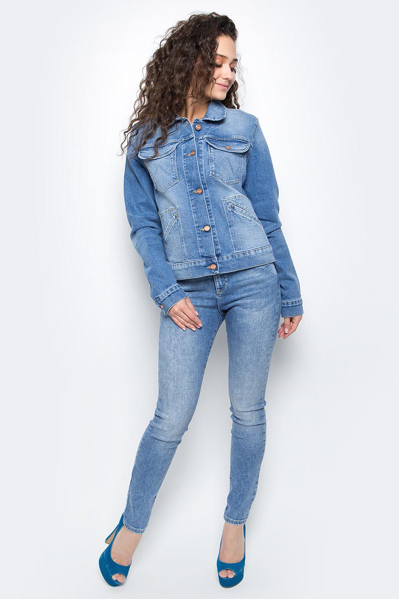 ДжинсыW27HX794OОблегающие и комфортные женские джинсы Wrangler идеально садятся по фигуре. Исполнены из хлопка с добавлением эластана и эластомультиэстера, эластичны и подчеркивают все достоинства фигуры. Имеют высокую посадку, застегиваются на молнию и пуговицу на ширинке. Джинсы оснащены пятью классическими карманами: двумя большими и одним маленьким спереди, двумя сзади. Карманы сзади оформлены декоративной строчкой. Штанины заужены книзу.