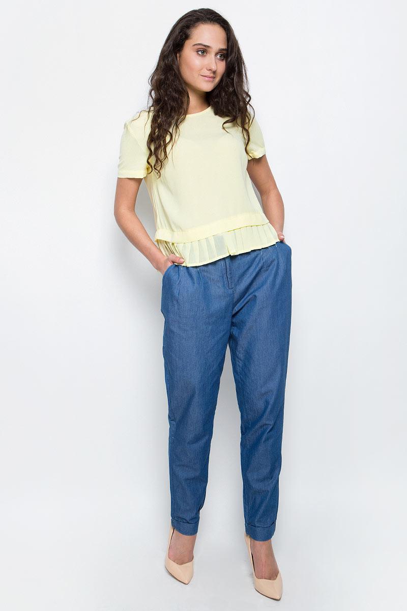 БрюкиB297030_Light Blue DenimСтильные брюки Baon выполнены из тонкого денима - шамбри. Модель прямого кроя с защипами и складками у пояса застегивается на молнию в ширинке и металлические крючки. Брюки дополнены двумя боковыми карманами. Модные брюки помогут создать эффектный запоминающийся образ.