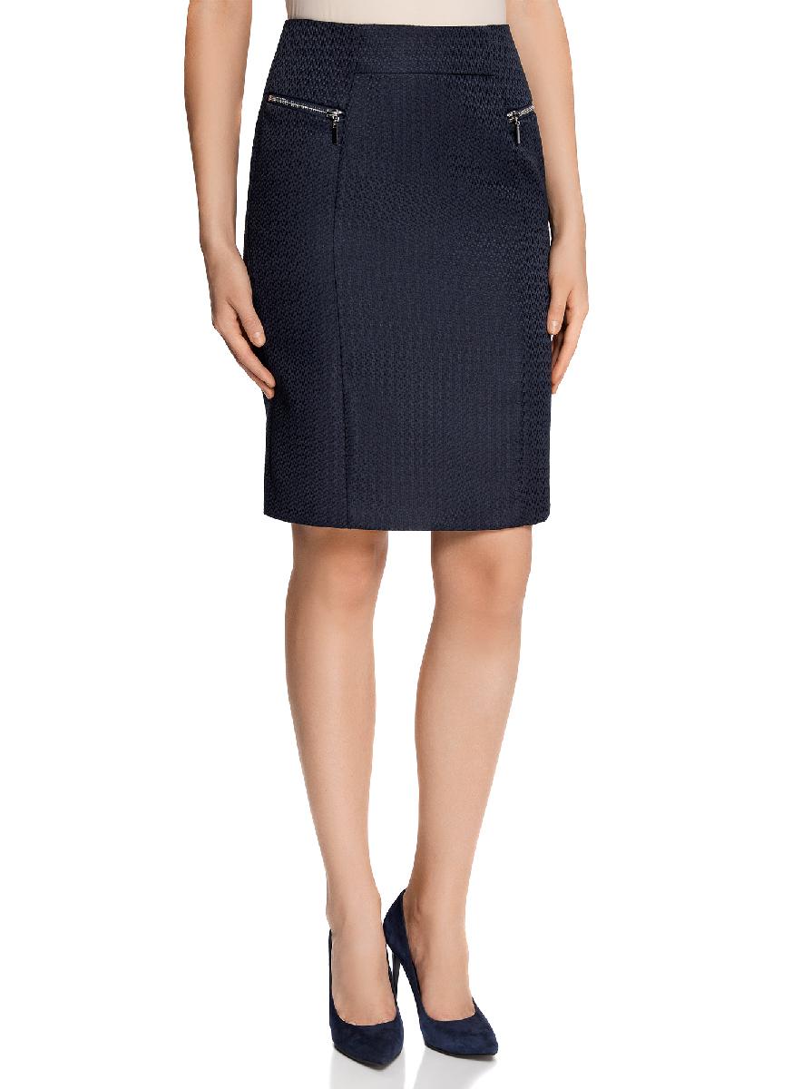 Юбка21605067-3/45367/2900NСтильная юбка-карандаш выполнена из фактурного материала и оформлена декоративными молниями. Сзади модель застегивается на застежку-молнию и дополнена шлицей.