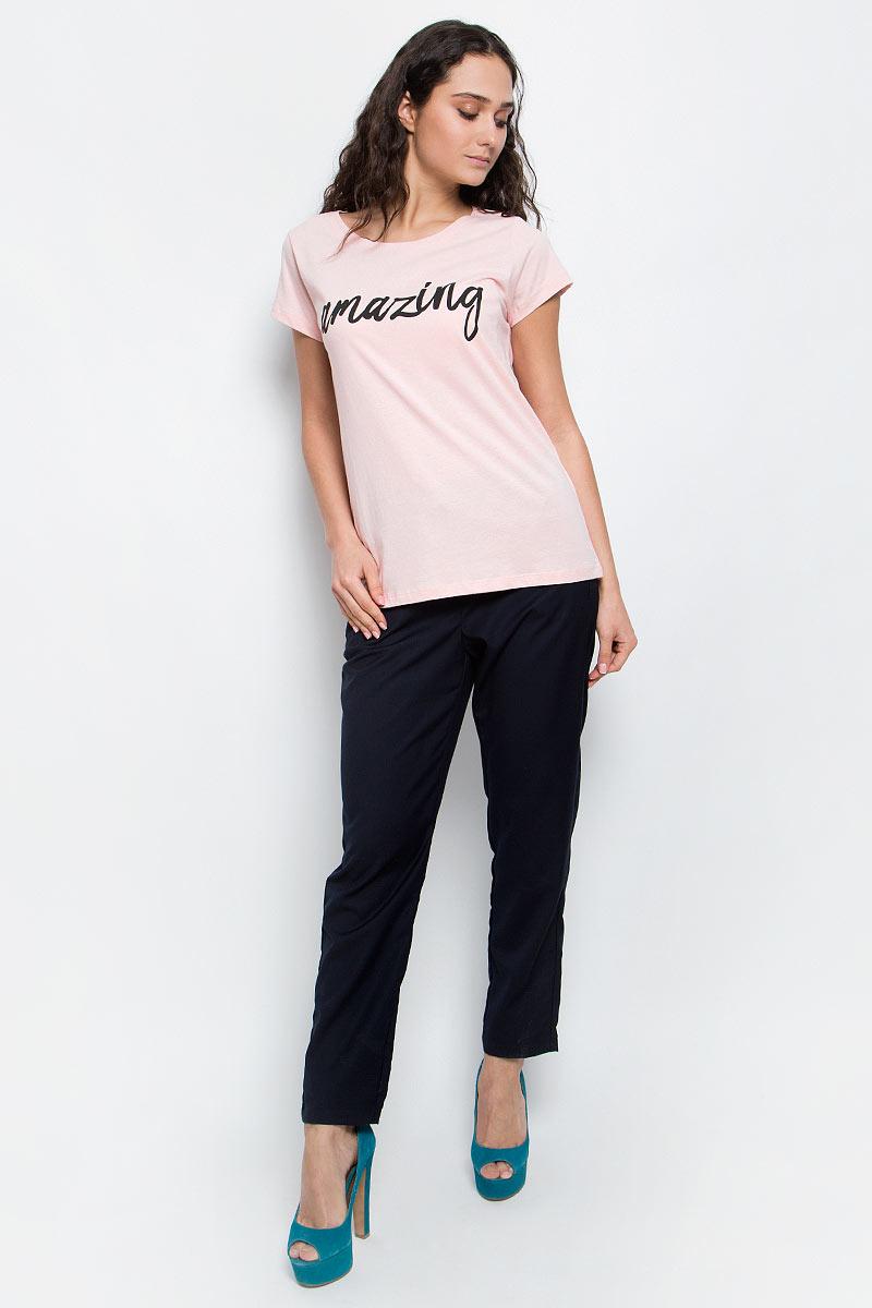 ФутболкаB237061_FrostСтильная женская футболка Baon изготовлена из натурального хлопка. Материал очень мягкий и приятный на ощупь. Модель прямого кроя с круглым вырезом горловины и короткими рукавами на груди оформлена надписью: Amazing. Такая футболка займет достойное место в вашем гардеробе.