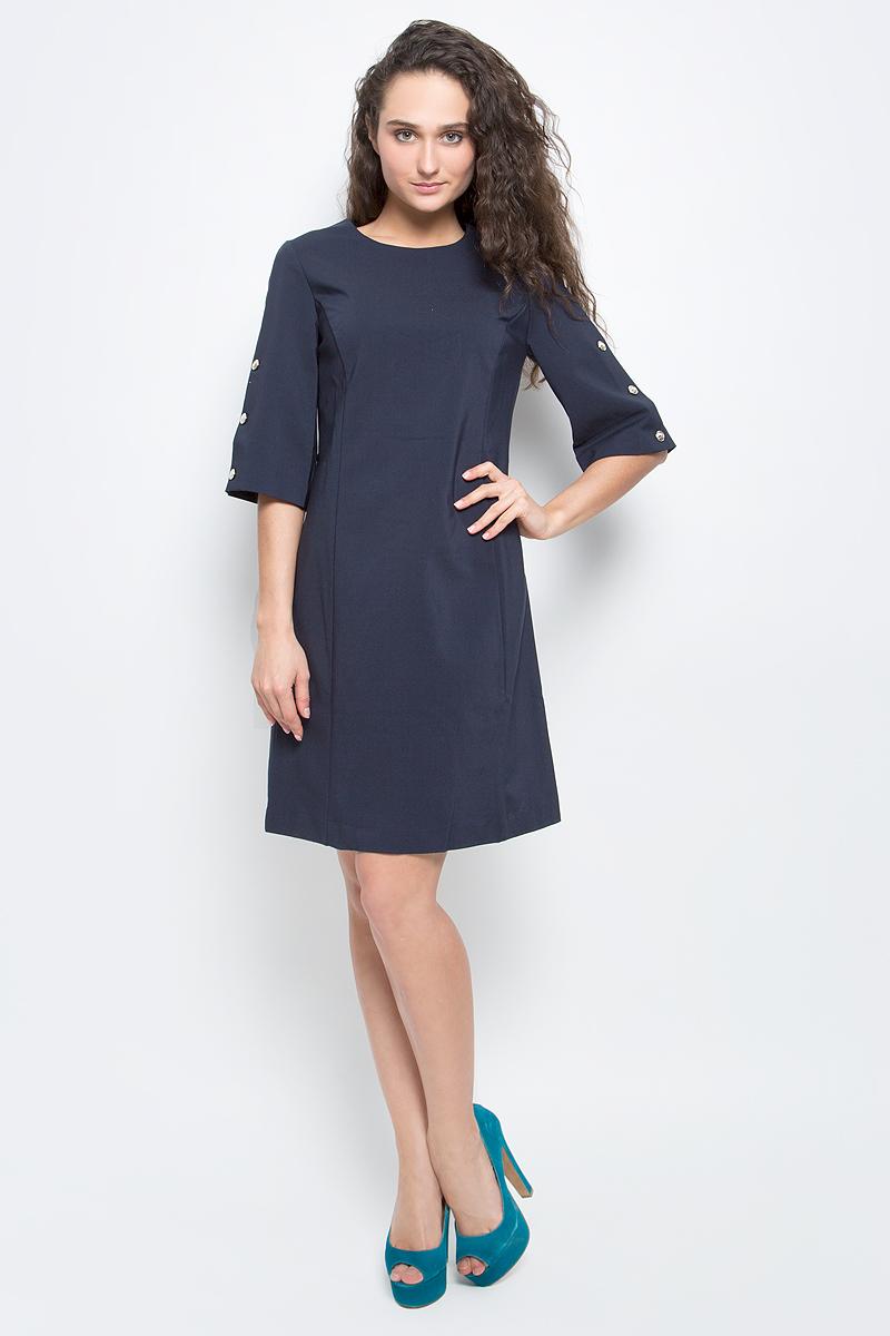 """ПлатьеB457032_Dark NavyСтильное платье Baon выполнено из плотного материала с эффектом """"стрейч"""". Модель приталенного силуэта с круглым вырезом горловины и широкими рукавами длиной 3/4 прекрасно сидит и подчеркивает достоинства фигуры. Платье застегивается на потайную застежку-молнию на спинке. Рукава декорированы золотистыми пуговицами. В таком платье вы будете выглядеть элегантно и женственно."""
