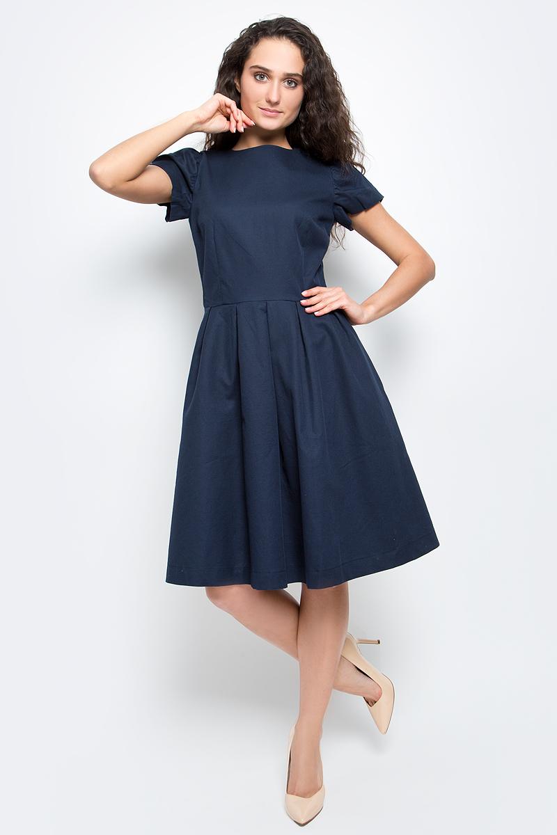 ПлатьеB457045_Dark NavyСтильное платье Baon выполнено из натурального рельефного хлопка. Модель приталенного кроя с круглым вырезом горловины и короткими рукавами-фонариками прекрасно сидит и подчеркивает достоинства фигуры. Платье застегивается на потайную застежку-молнию на спинке и дополнено двумя боковыми карманами. В таком платье вы будете выглядеть элегантно и женственно.