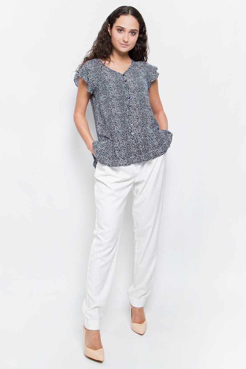 БлузкаB197012_Dark Navy PrintedСтильная блузка Baon выполнена из легкого вискозного материала с принтом в горошек. Ткань очень мягкая и приятная на ощупь. Блузка свободного кроя с V-образным вырезом горловины и короткими рукавами-крылышками застегивается на пуговицы. По нижнему краю модель декорирована оборкой. Лаконичная блузка поможет создать оригинальный женственный образ!