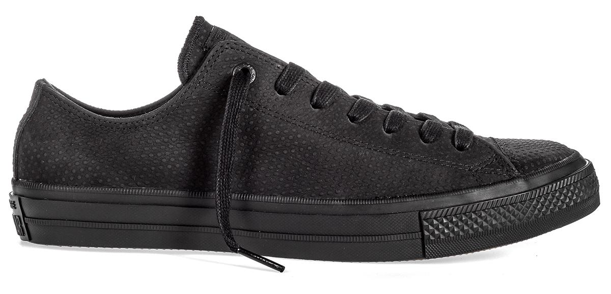 Кеды155765Стильные мужские кеды Chuck Taylor All Star II от Converse созданы для тех, кто предпочитает оригинальный дизайн и непревзойденное качество. Кеды выполнены из натуральной кожи с декоративным тиснением. По бокам предусмотрена перфорация. Классическая шнуровка надежно фиксирует обувь на ноге. Стелька и подкладка из мягкого текстиля комфортны при ходьбе. Подошва исполнена из износостойкой резины. Рифление на подошве обеспечивает идеальное сцепление с любыми поверхностями. Эффектные кеды помогут вам создать яркий, динамичный образ.