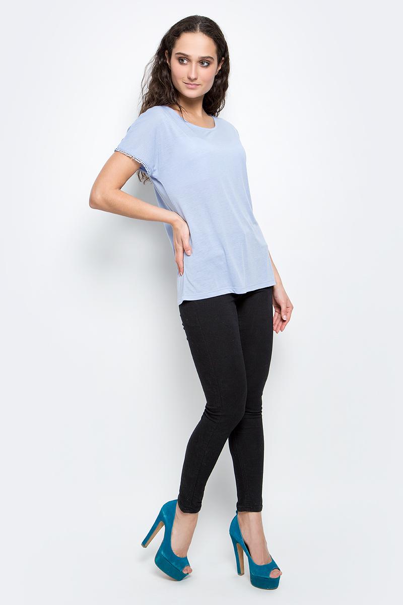 ФутболкаB237039_MilkСтильная женская футболка Baon изготовлена из тонкого трикотажного материала. Ткань очень мягкая и приятная на ощупь. Модель прямого кроя с круглым вырезом горловины и короткими цельнокроеными рукавами. Вырез на спинке завязывается на завязки. Края рукавов декорированы кружевной каймой. Такая футболка займет достойное место в вашем гардеробе.