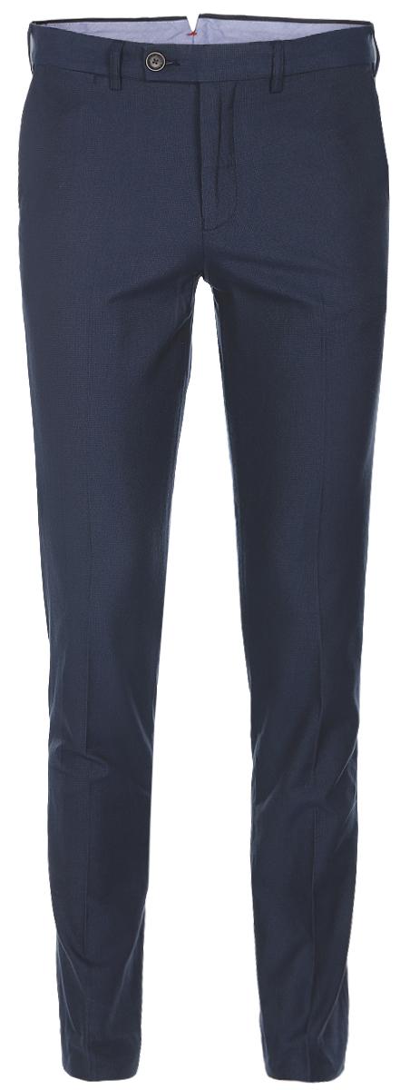 БрюкиB797006_Deep Navy CheckedСтильные мужские брюки Baon со стрелками выполнены из плотного хлопка. Модель прямого кроя и стандартной посадки застегивается на ширинку с застежкой-молнией, а также на пуговицу в поясе. На поясе предусмотрены шлевки для ремня. Брюки оснащены двумя боковыми карманами и двумя втачными карманами с клапанами сзади.