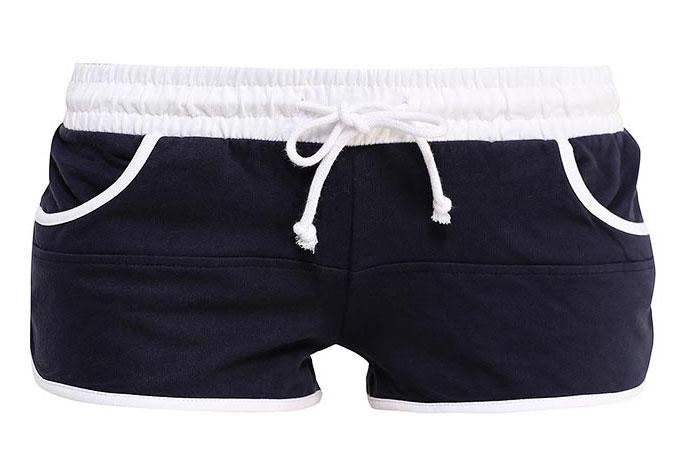 Шорты17001030-2/35676/7079BЖенские шорты oodji Ultra изготовлены из натурального хлопка. Модель имеет в поясе широкую эластичную резинку, регулируемую шнурком. Спереди расположены два втачных кармана.