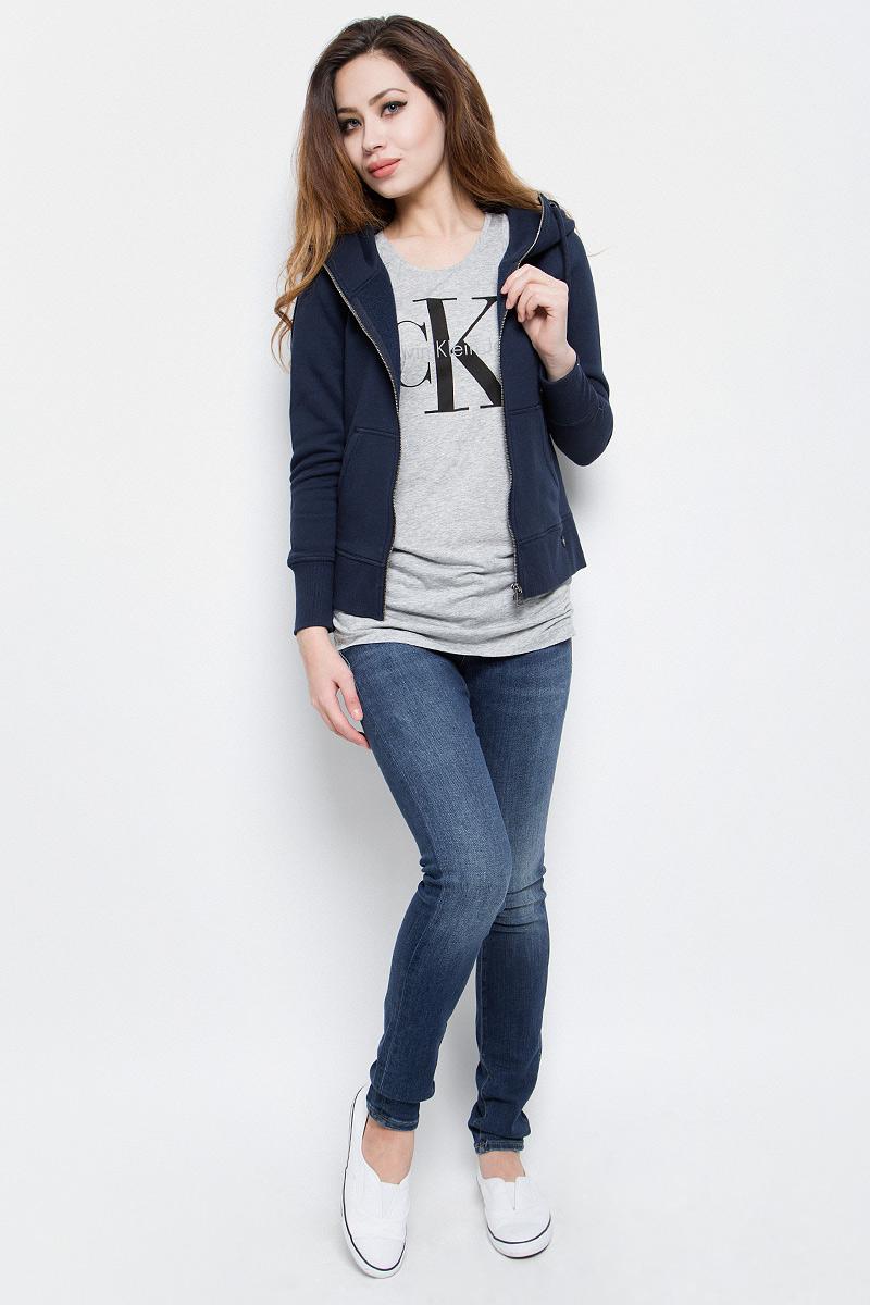 ТолстовкаJ20J201273_0380Стильная женская толстовка Calvin Klein Jeans выполнена из хлопка и полиэстера с добавлением эластана. Модель с капюшоном, дополненным шнурком и длинными рукавами, застегивается спереди на металлическую застежку-молнию. Низ изделия и манжеты рукавов дополнены трикотажными резинками. Спереди расположены два накладных кармана.