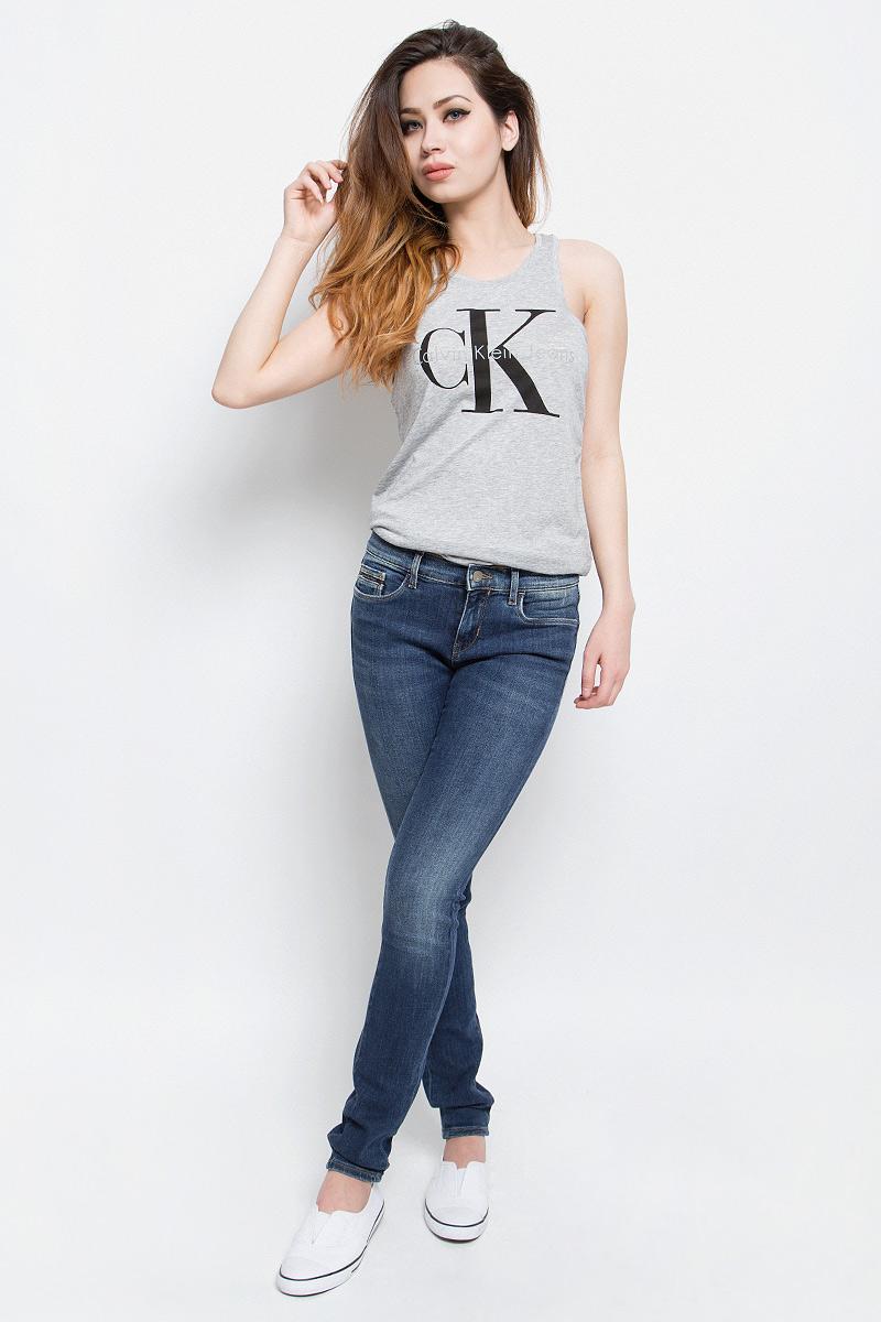 ДжинсыJ20J201274Стильные женские джинсы Calvin Klein Jeans выполнены из хлопка с добавлением полиэстера и эластана. Материал мягкий и приятный на ощупь, не сковывает движения и позволяет коже дышать. Джинсы-скинни стандартной посадки застегиваются на пуговицу в поясе и ширинку на застежке-молнии. На поясе предусмотрены шлевки для ремня. Спереди модель оформлена двумя втачными карманами и одним маленьким накладным кармашком, сзади - двумя накладными карманами. Модель оформлена эффектом потертости.