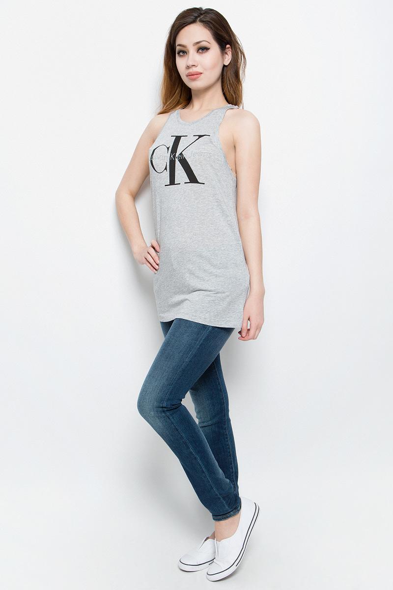 МайкаJ20J204862Отличная женская майка Calvin Klein Jeans, выполненная из лиоцелла и хлопка, обладает высокой теплопроводностью, воздухопроницаемостью и гигроскопичностью, позволяет коже дышать. Модель с круглым вырезом горловины оформлена термоаппликацией в виде логотипа бренда. Майка удлиненного кроя подарит вам комфорт в течение всего дня и послужит замечательным дополнением к вашему гардеробу.