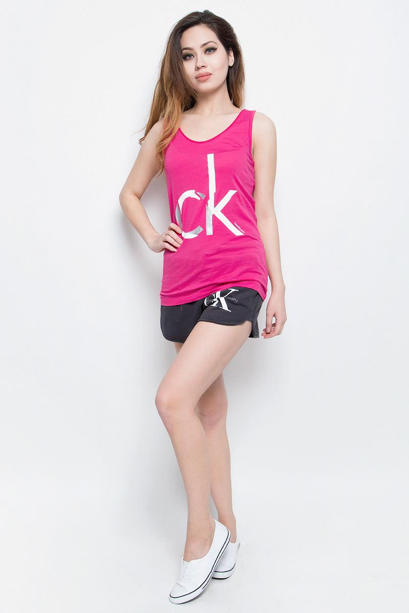 МайкаJ20J205056Стильная женская майка Calvin Klein Jeans, выполненная из натурального хлопка, обладает высокой теплопроводностью, воздухопроницаемостью и гигроскопичностью, позволяет коже дышать. Модель с круглым вырезом горловины оформлена термоаппликацией в виде логотипа бренда. Майка удлиненного кроя подарит вам комфорт в течение всего дня и послужит замечательным дополнением к вашему гардеробу.
