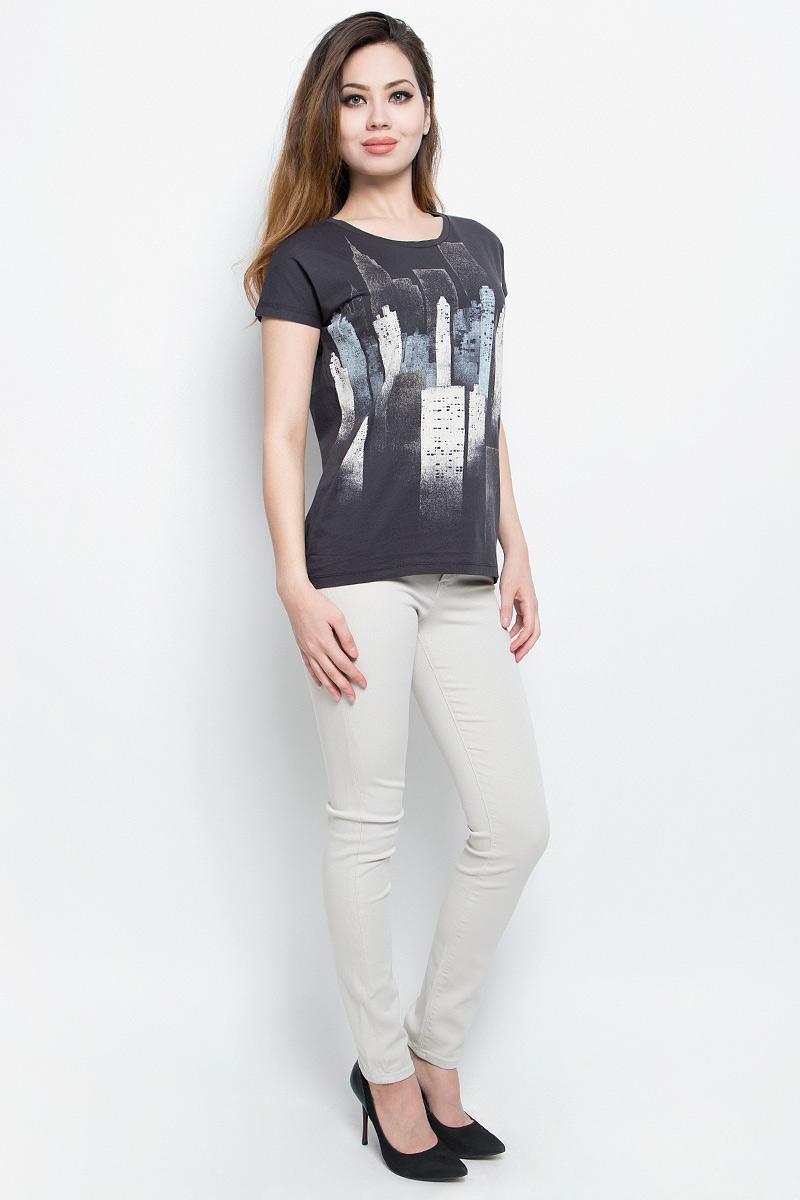ФутболкаJ20J204628Отличная женская футболка Calvin Klein Jeans, выполненная из натурального хлопка, обладает высокой теплопроводностью, воздухопроницаемостью и гигроскопичностью, позволяет коже дышать. Модель с круглым вырезом горловины и цельнокроеными рукавами оформлена оригинальным принтом.