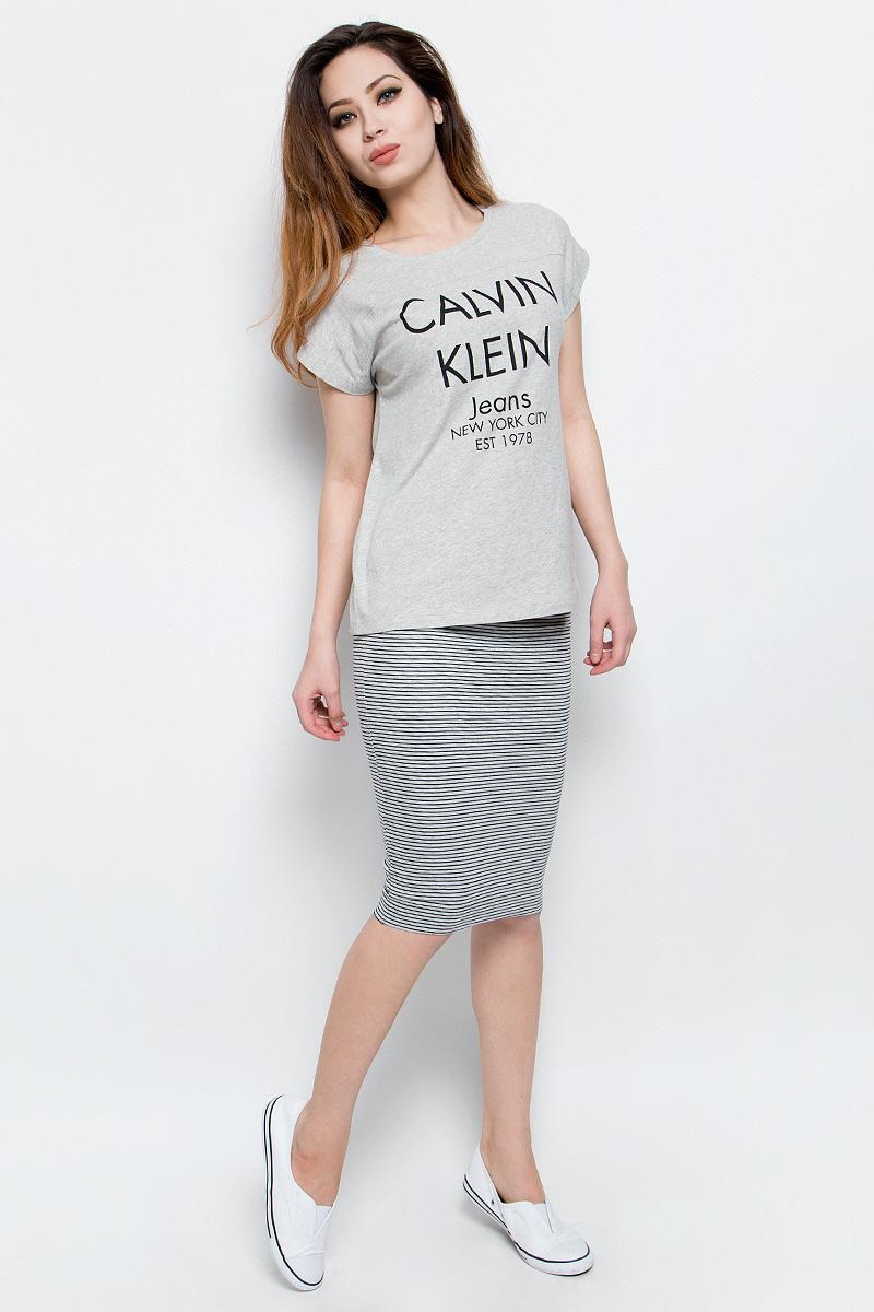 ФутболкаJ20J204633Удобная женская футболка Calvin Klein Jeans, выполненная из натурального хлопка, обладает высокой теплопроводностью, воздухопроницаемостью и гигроскопичностью, позволяет коже дышать. Модель с круглым вырезом горловины и цельнокроеными рукавами оформлена стильными надписями с логотипом бренда.