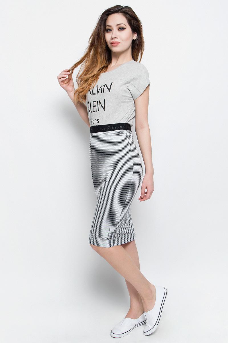 ЮбкаJ20J204749Юбка Calvin Klein Jeans выполнена из высококачественного комбинированного материала. С внутренней стороны имеется трикотажная подкладка. Юбка-миди с завышенной талией не имеет застежек, в поясе выполнена на широкой резинке. Оформлена юбка принтом в полоску и фактурными надписями с названием бренда.