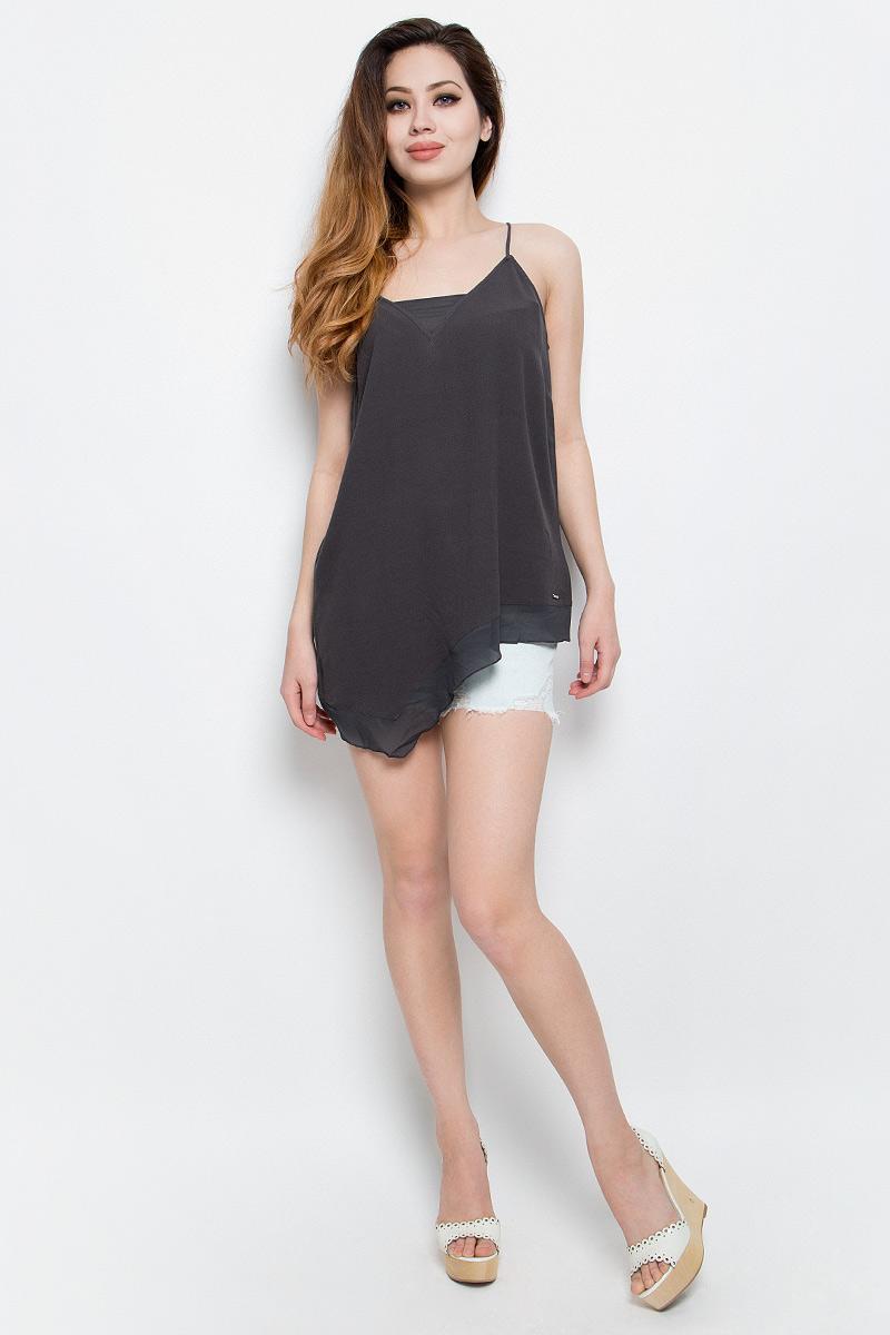 ТопJ20J201237_0040Нежный женский топ Calvin Klein Jeans выполнен из качественной вискозы с отделкой из полиэстера. Модель на бретелях с V-образным воротом выполнена в нестандартной форме. Правая сторона изделия удлинена, а низ и вырез горловины дополнены вставками из полупрозрачной ткани. Топ оформлен небольшой металлической пластиной с названием бренда.