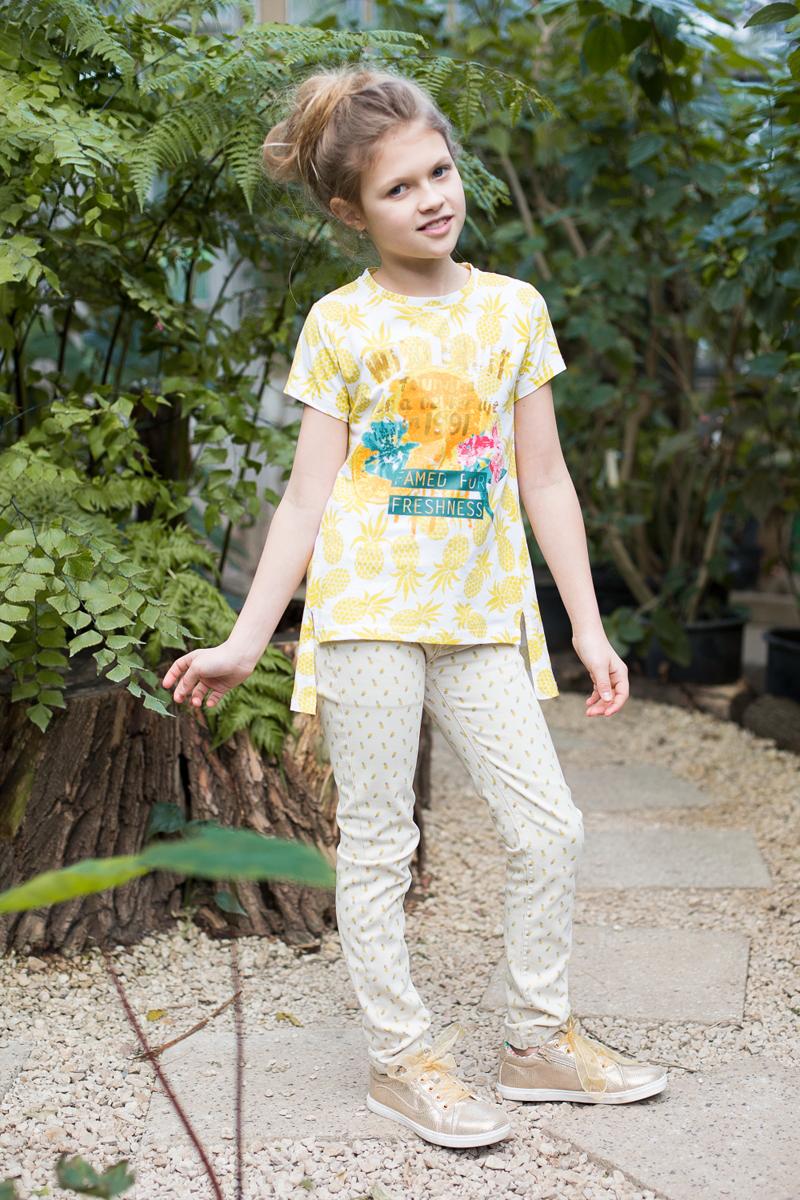 Футболка718079Стильная футболка из принтованной трикотажной ткани с коротким рукавом и удлиненной спинкой. Декорирована яркой аппликацией.