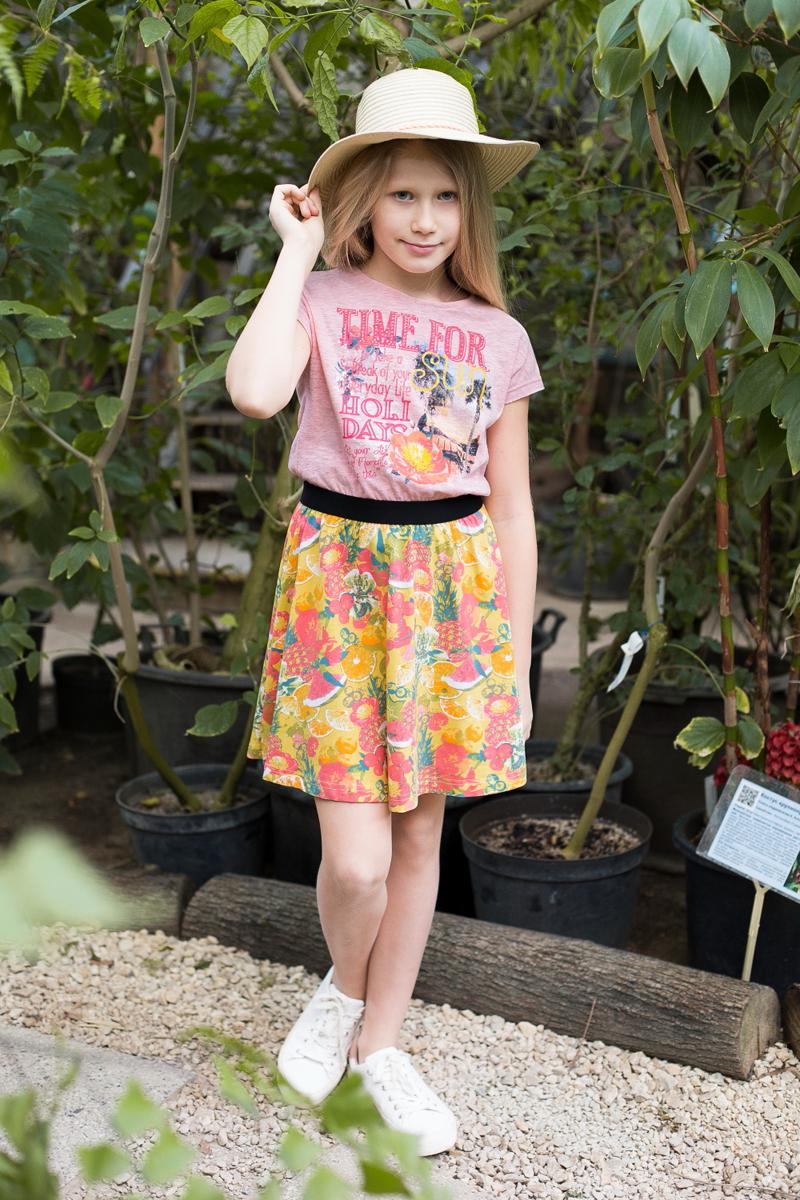 Платье718083Трикотажное платье приталленого кроя комбинированной ткани. Верх изделия декорирован оригинальной аппликацией, талия подчеркнута контрастной тканью, низ изделия выполнен из яркой принтованной ткани. Застегивается на пуговку на спинке.