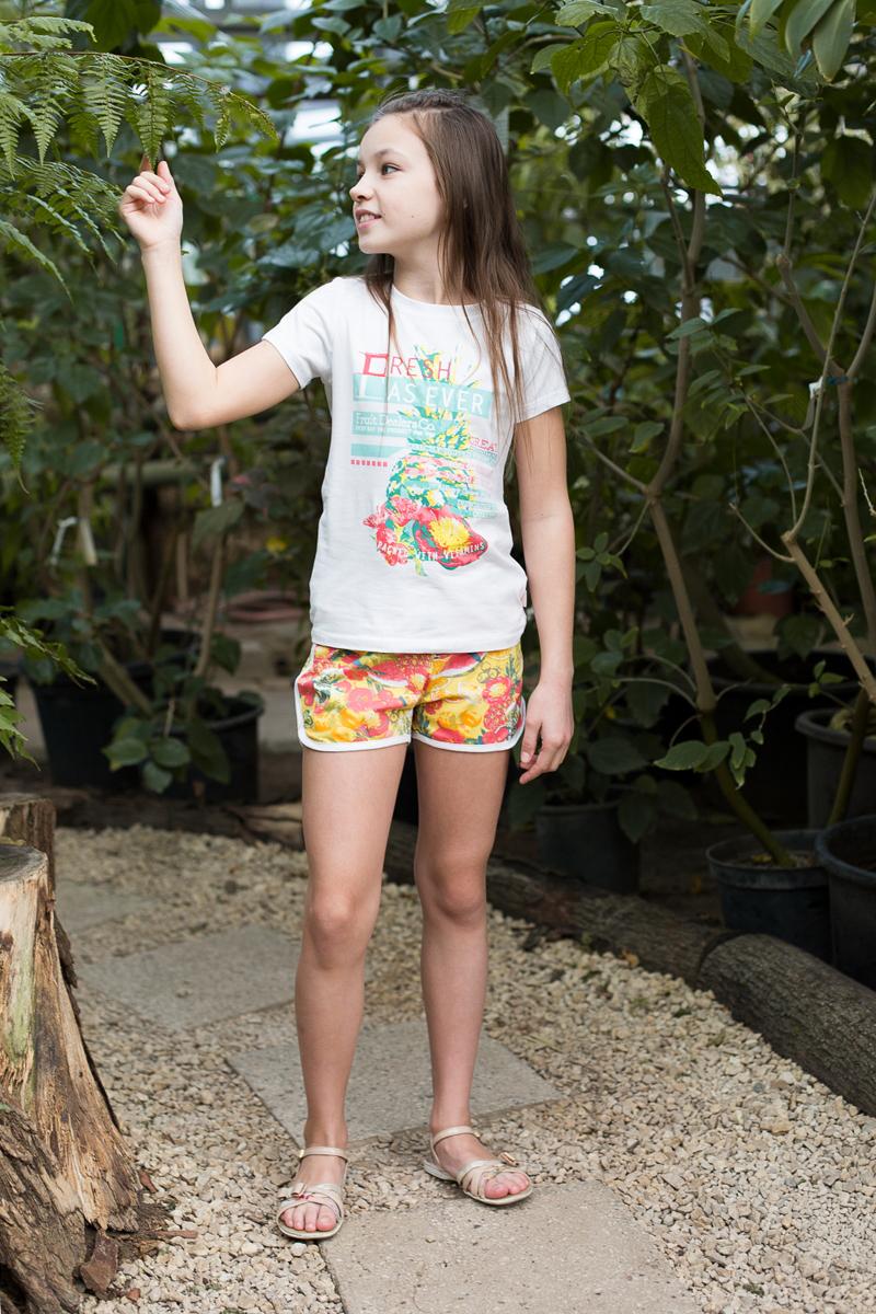 Шорты718084Мягкие трикотажные шорты из принтованной ткани для девочки. Пояс-резинка дополнен шнуром для регулирования объема.