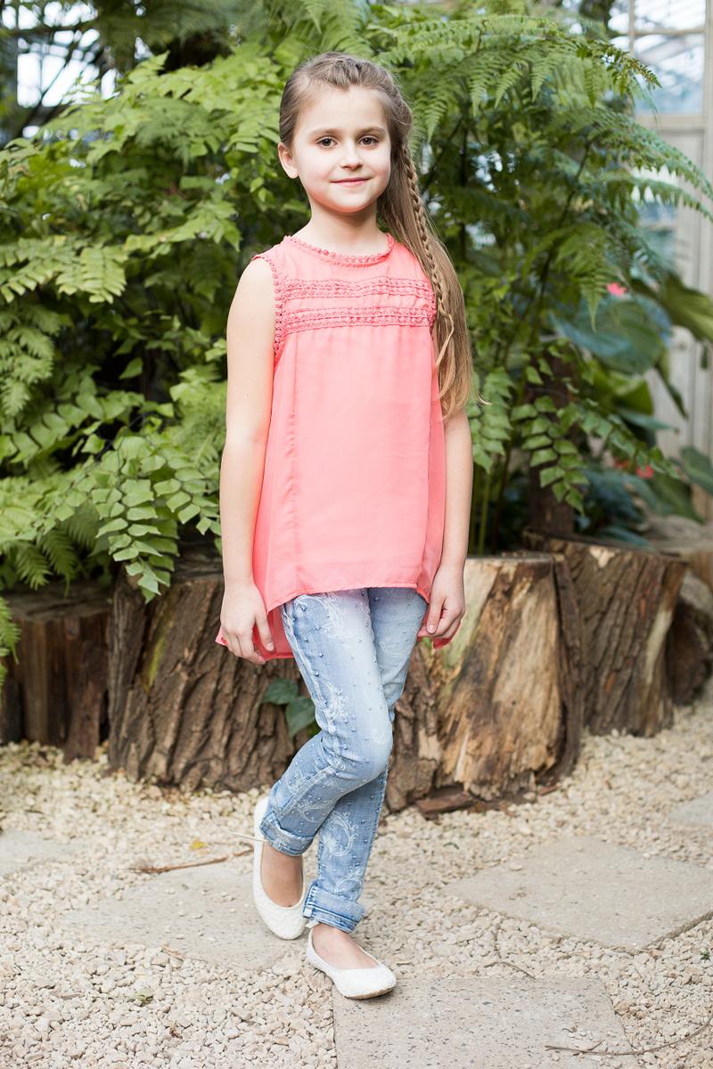 Блузка718087Элегантная шифоновая блузка для девочки. Комплектуется маечкой. Декорирована плетеным кружевом. Сзади застегивается на две маленькие пуговки.