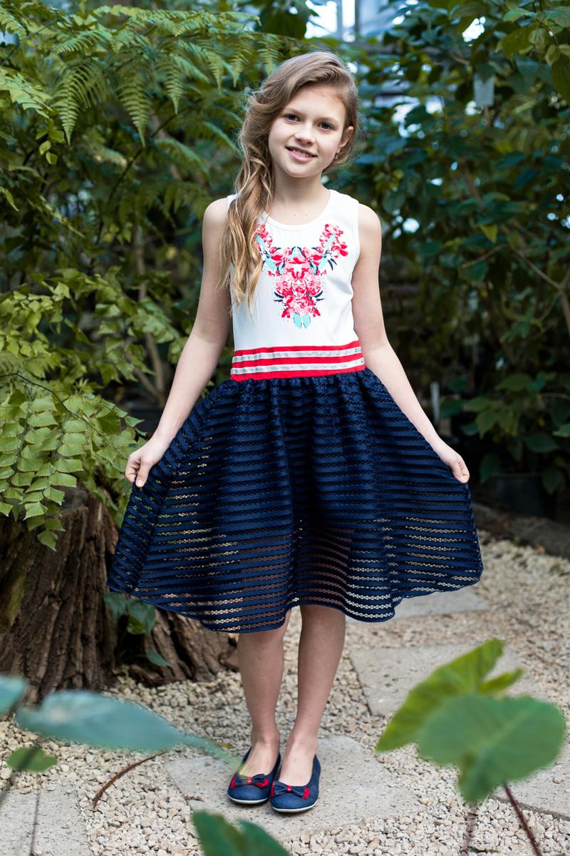 Платье718102Трикотажное платье приталенного кроя из комбинированной ткани. Верх изделия декорирован ярким принтом, низ изделия выполнен из контрастной ткани.