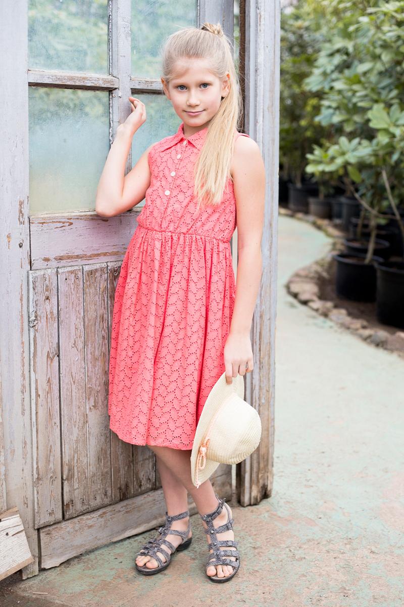 Платье718113Хлопкое платье приталенного кроя из вышитого полотна с отложным воротничком. Декорировано пуговками.