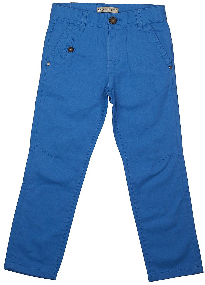 БрюкиP-815/303-7112Стильные брюки для мальчика Sela выполнены из натурального хлопка. Брюки прямого кроя и стандартной посадки на талии застегиваются на пуговицу и имеют ширинку на застежке-молнии. На поясе имеются шлевки для ремня. Модель дополнена двумя втачными и одним прорезным карманами спереди и двумя накладными карманами сзади.