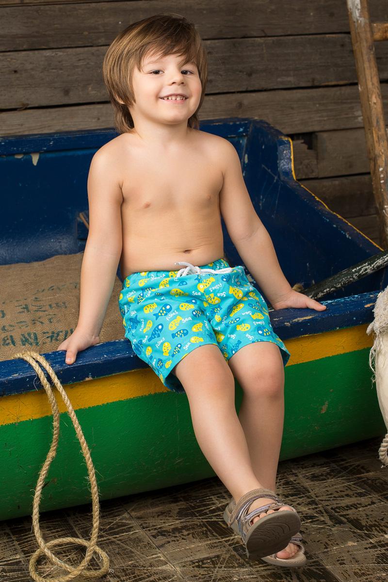 Шорты для плавания196136Пляжные шорты для мальчика Sweet Berry - идеальный вариант, как для купания, так и для игр на пляже. Изготовленные из 100% полиэстера, они быстро сохнут и сохраняют первоначальный вид и форму даже при длительном использовании. Шорты комфортны в носке, даже когда ребенок мокрый. Модель с вшитыми сетчатыми трусиками на поясе имеет эластичную резинку, регулируемую шнурком, благодаря чему они не сдавливают живот ребенка и не сползают. Имеется имитация ширинки. Оформлено изделие изображениями рыбок. Такие пляжные шорты, несомненно, понравятся вашему ребенку и послужат отличным дополнением к летнему гардеробу!