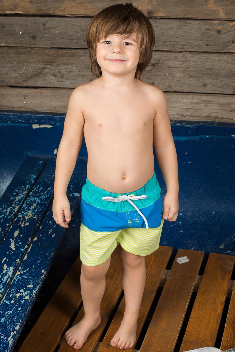 Шорты для плавания196153Пляжные шорты для мальчика Sweet Berry, изготовленные из качественного материала трех цветов, - идеальный вариант, как для купания, так и для отдыха на пляже. Модель с вшитыми сетчатыми трусиками на поясе имеет эластичную резинку, регулируемую шнурком, благодаря чему шорты не сдавливают живот ребенка и не сползают. Изделие оформлено принтом в полоску и дополнено имитацией ширинки. Шорты быстро сохнут и сохраняют первоначальный вид и форму даже при длительном использовании.