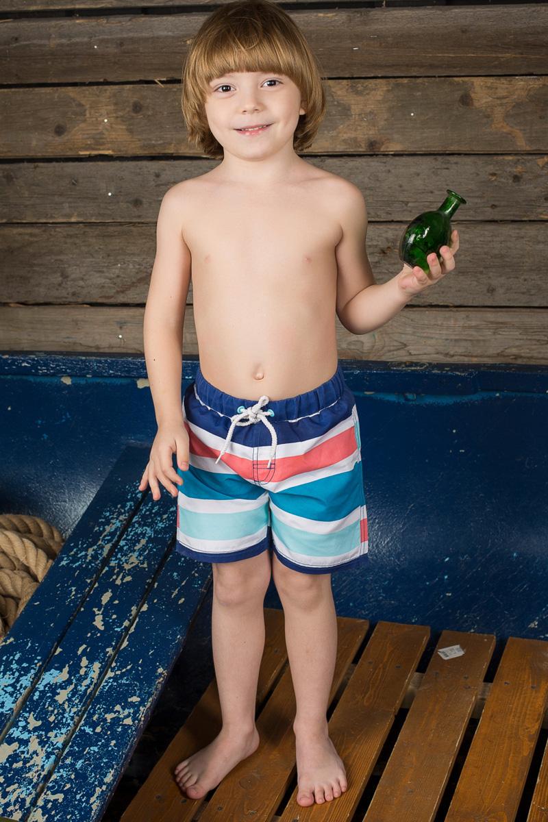 Шорты для плавания196373Пляжные шорты для мальчика Sweet Berry - идеальный вариант, как для купания, так и для игр на пляже. Изготовленные из 100% полиэстера, они быстро сохнут и сохраняют первоначальный вид и форму даже при длительном использовании. Шорты комфортны в носке, даже когда ребенок мокрый. Модель с вшитыми сетчатыми трусиками на поясе имеет эластичную резинку, регулируемую шнурком, благодаря чему шорты не сдавливают живот ребенка и не сползают. Имеется имитация ширинки. Оформлено изделие принтом в полоску. Такие пляжные шорты, несомненно, понравятся вашему ребенку и послужат отличным дополнением к летнему гардеробу!