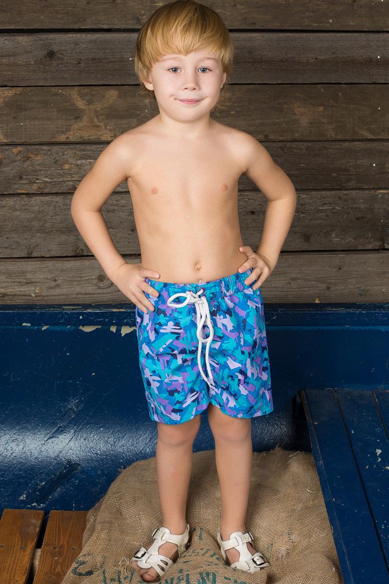 Шорты для плавания196389Пляжные шорты для мальчика Sweet Berry - идеальный вариант, как для купания, так и для отдыха на пляже. Модель с вшитыми сетчатыми трусиками на поясе имеет эластичную резинку с декоративной шнуровкой, благодаря чему шорты не сдавливают живот ребенка и не сползают. Изделие оформлено оригинальным принтом и дополнено имитацией ширинки. Шорты быстро сохнут и сохраняют первоначальный вид и форму даже при длительном использовании.