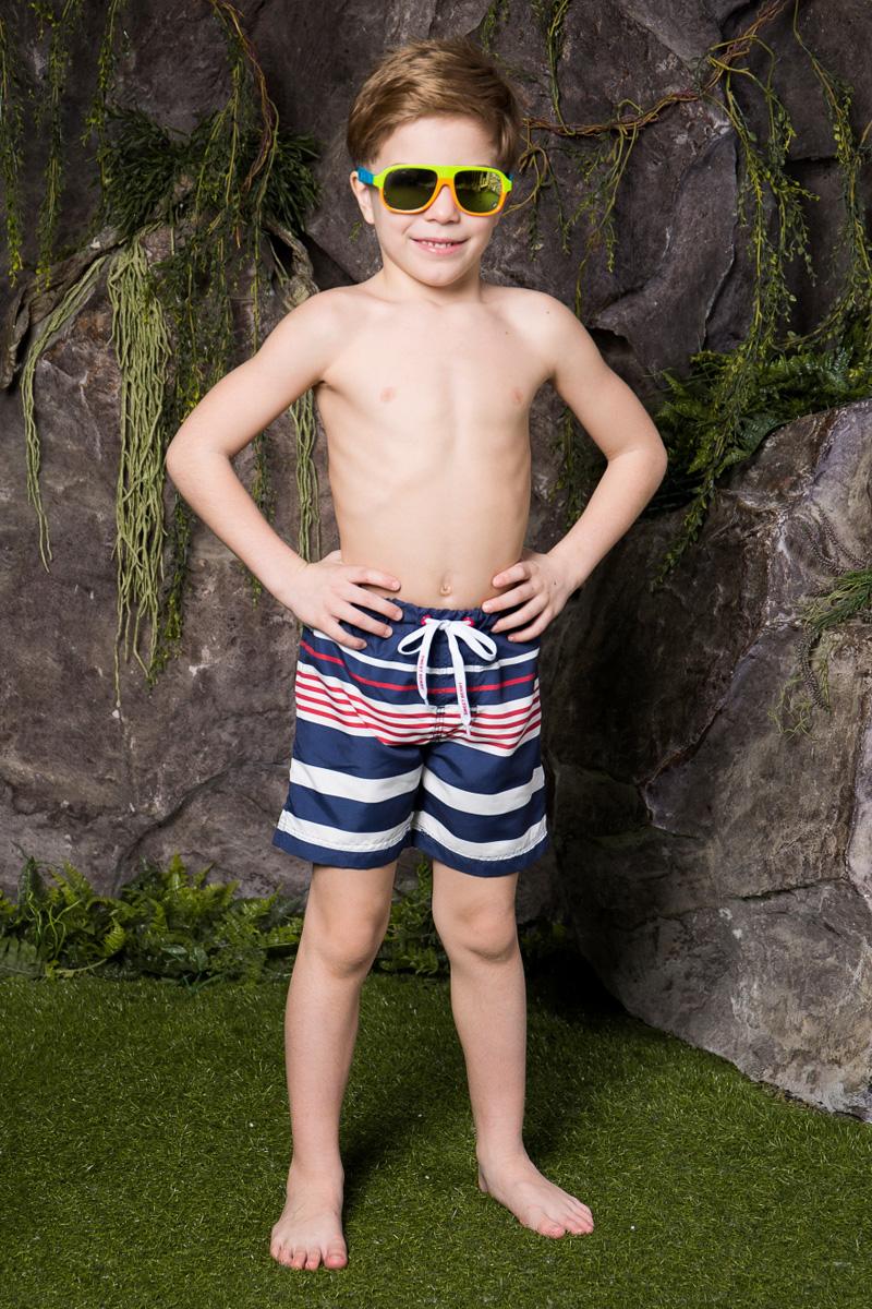 Шорты для плавания713021Пляжные шорты для мальчика Sweet Berry, изготовленные из качественного материала, - идеальный вариант, как для купания, так и для отдыха на пляже. Модель с вшитыми сетчатыми трусиками на поясе имеет эластичную резинку, регулируемую шнурком, благодаря чему шорты не сдавливают живот ребенка и не сползают. Изделие оформлено принтом в полоску и дополнено имитацией ширинки. Шорты быстро сохнут и сохраняют первоначальный вид и форму даже при длительном использовании.