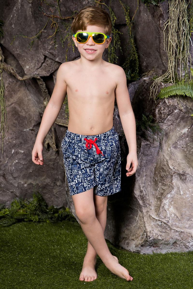 Шорты для плавания713022Пляжные шорты для мальчика Sweet Berry, изготовленные из качественного материала, - идеальный вариант, как для купания, так и для отдыха на пляже. Модель с вшитыми сетчатыми трусиками на поясе имеет эластичную резинку, регулируемую шнурком, благодаря чему шорты не сдавливают живот ребенка и не сползают. Изделие оформлено оригинальным принтом и дополнено имитацией ширинки. Шорты быстро сохнут и сохраняют первоначальный вид и форму даже при длительном использовании.