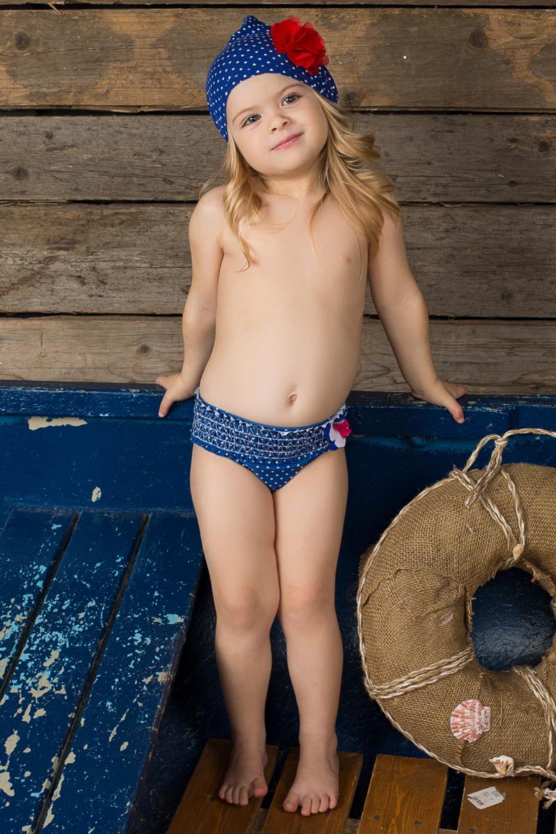 Купальные плавки195239Плавки для девочки Sweet Berry Baby изготовлены из нейлона с добавлением эластана. Они мягкие и приятные на ощупь, комфортны в носке, быстро сохнут и сохраняют первоначальный вид и форму при длительном использовании. Плавки на поясе имеют мягкую эластичную резинку, благодаря чему они не сдавливают животик ребенка и не сползают. Вырезы для ножек также дополнены эластичными резинками. Оформлено изделие мелким принтом с изображением сердечек. Модель украшена оборкой и цветком из ткани контрастного цвета. Такие плавки станут отличным дополнением к гардеробу малышки.