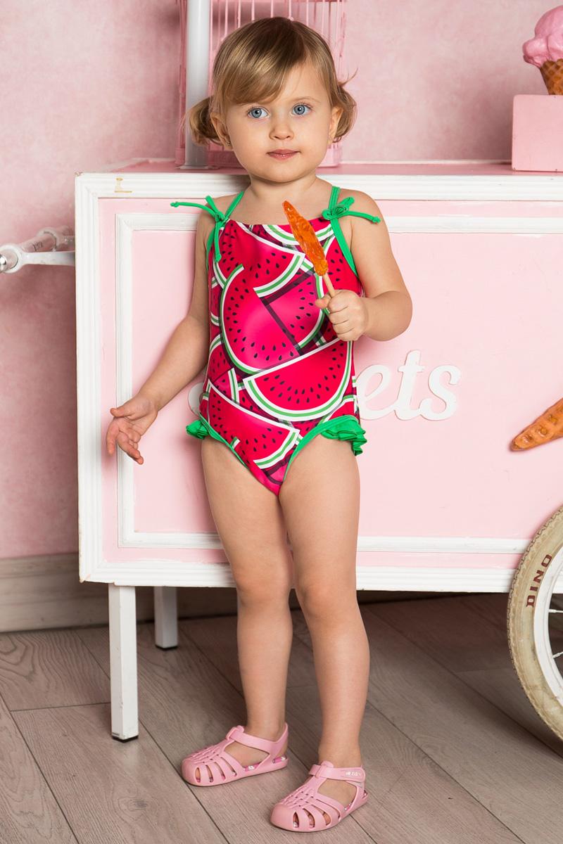 Купальник слитный712112Слитный купальник для девочки Sweet Berry на тонких бретелях изготовлен из нейлона и эластана и оформлен ярким принтом, рюшами и бантиками. Бретели купальника перекрещиваются на спинке и регулируются по длине. Изделие быстро сохнет и сохраняет первоначальный вид и форму даже при длительном использовании.