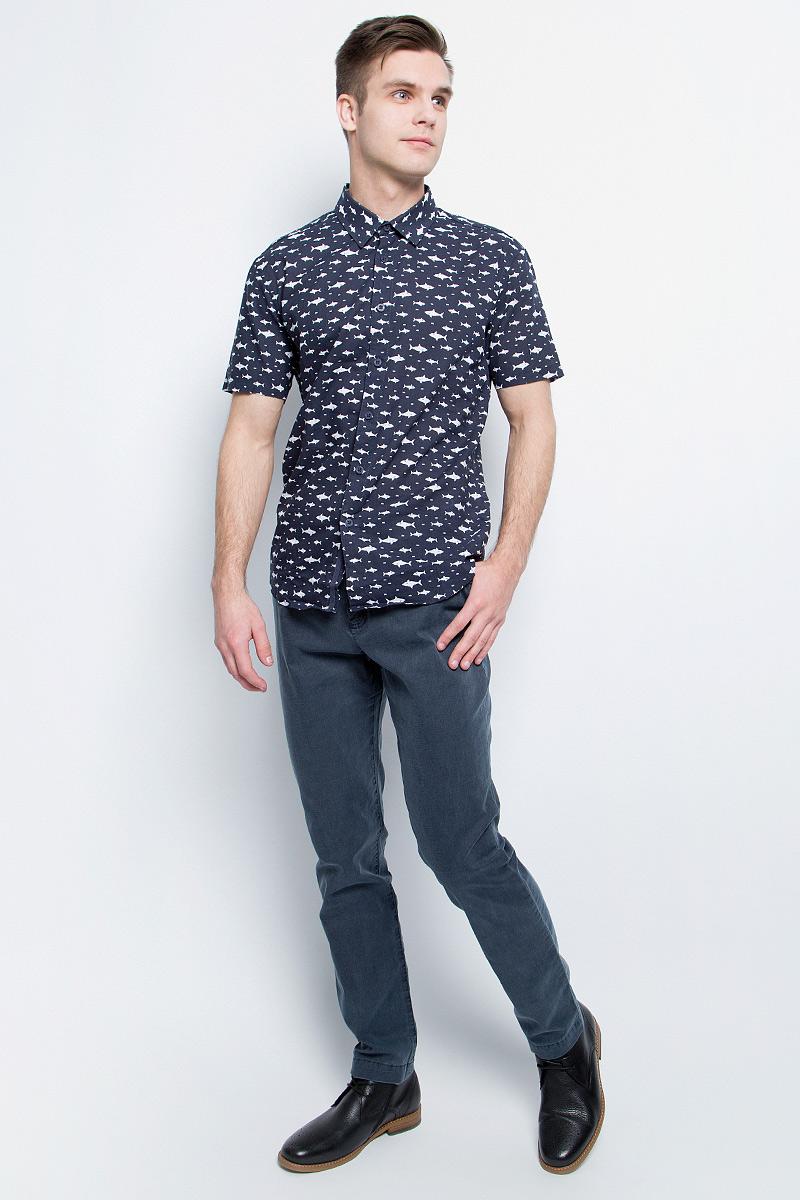 БрюкиS17-21001_101Стильные мужские брюки Finn Flare станут отличным дополнением к вашему гардеробу. Модель изготовлена из высококачественного хлопка с добавлением эластана, она великолепно пропускает воздух и обладает высокой гигроскопичностью. Застегиваются брюки на пуговицу и ширинку на застежке- молнии. На поясе имеются шлевки для ремня. Эти модные и в тоже время удобные брюки помогут вам создать оригинальный современный образ. В них вы всегда будете чувствовать себя уверенно и комфортно.